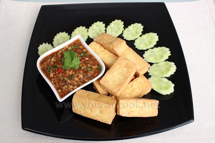 Frittierter Tofu mit süß-sauerem Erdnussdip als Vorspeise