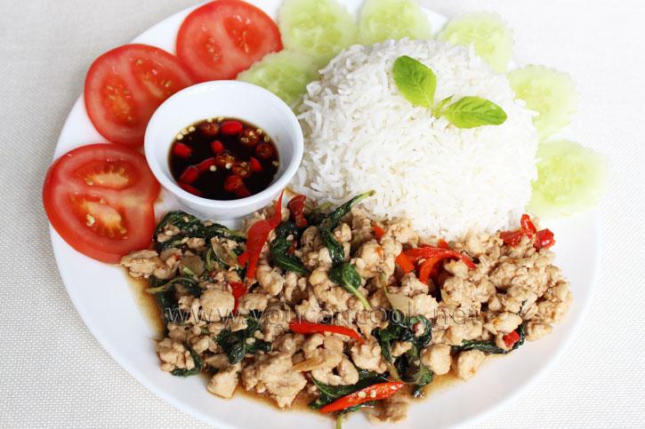 Gebratenes Hähnchen mit Königsbasilikum - Pad Gra Prao Gai